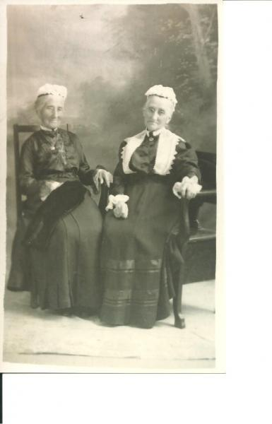 Photo of Catherine Wares Sutherland and Jessie Dick Wares Geddes, identical twin sisters.